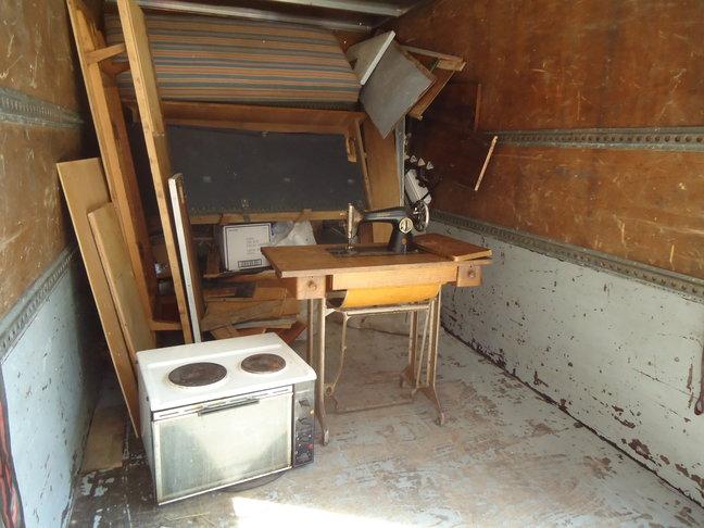 Изхвърляне на стари мебели и почистване целия апартамент до голо